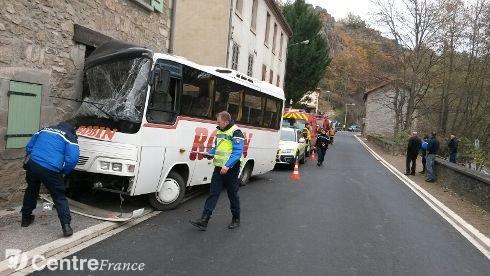 Accident de minibus scolaire dans le Puy-de-Dôme : quatre blessés