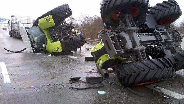 19-12-2014 - Le Mans - Des tracteurs Claas tombent d'un camion - aut A11 -  la remorque d'un ensemble routier transportant un chargement de tracteurs s'est couchée sur l'autoroute A11 (dans le sens Nantes-Paris) peu avant la sortie Le Mans-Nord.