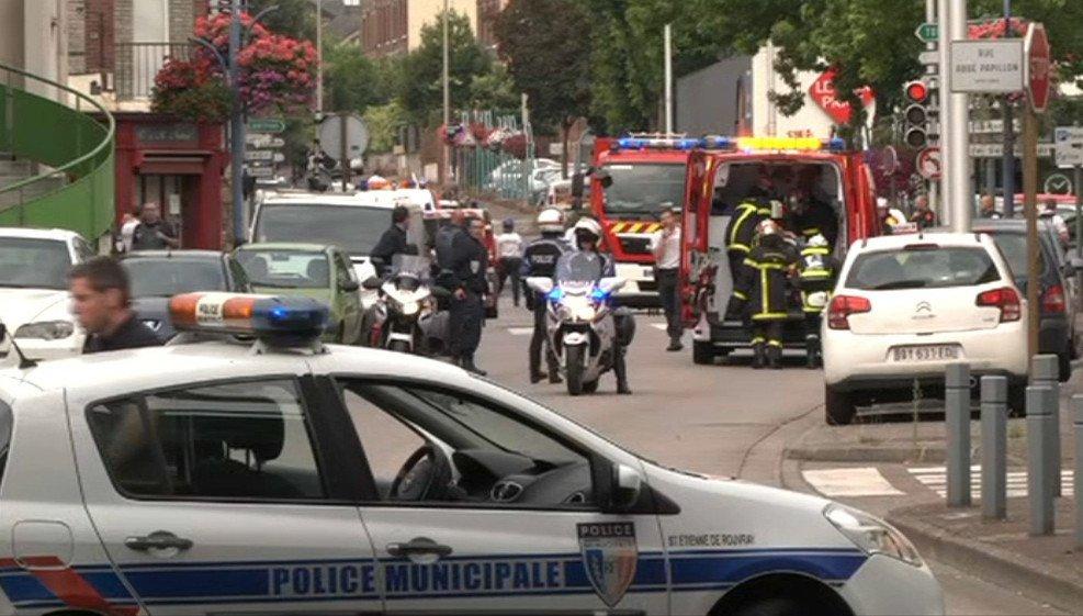 Deux musulmans égorgent un prêtre et un fidèle dans une église de Saint-Etienne-Du-Rouvray au cours d'une prise d'otages.