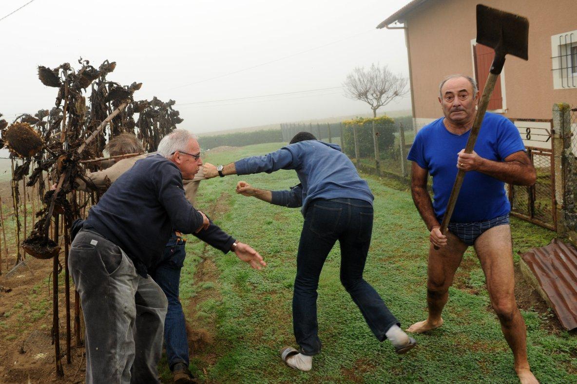 Le paysan de base français en slip qui fait rire toute l'Europe !