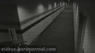 Fant�me film� par une cam�ra de surveillance dans un hall