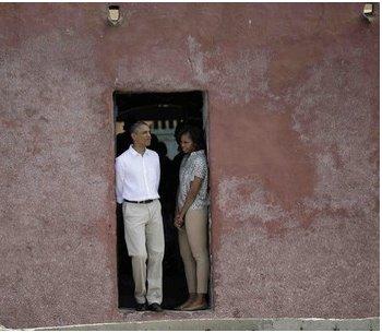 (6) Photos: Visite de Obama et sa femme sur l'Ile de Gorée à la Maison des esclaves. Regardez
