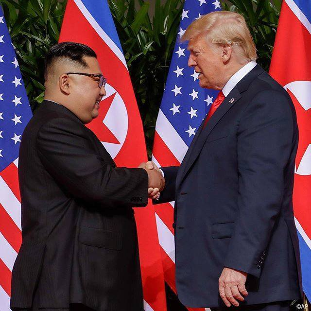 La poignée de main. Le président Donald J. Trump rencontre le président Kim Jong Un.  - LNO