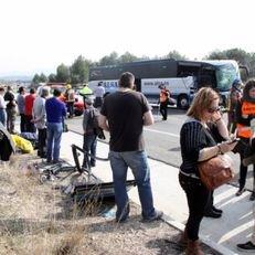 Més de set quilòmetres de cua a l'A-2 en sentit Lleida per un accident de trànsit entre un autocar i un camió
