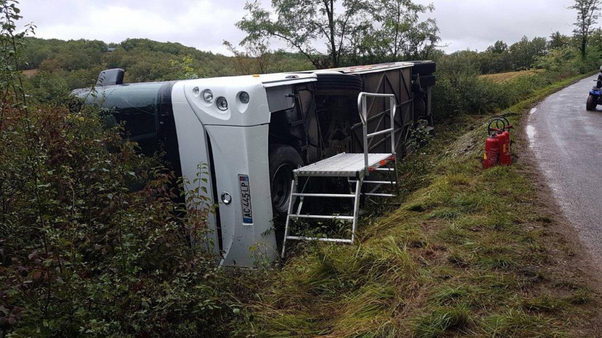 18-09-2017 -  France - Cuzance dans le Lot - Un autocar scolaire sort de la route et culbute en se couchant dans le fossé.