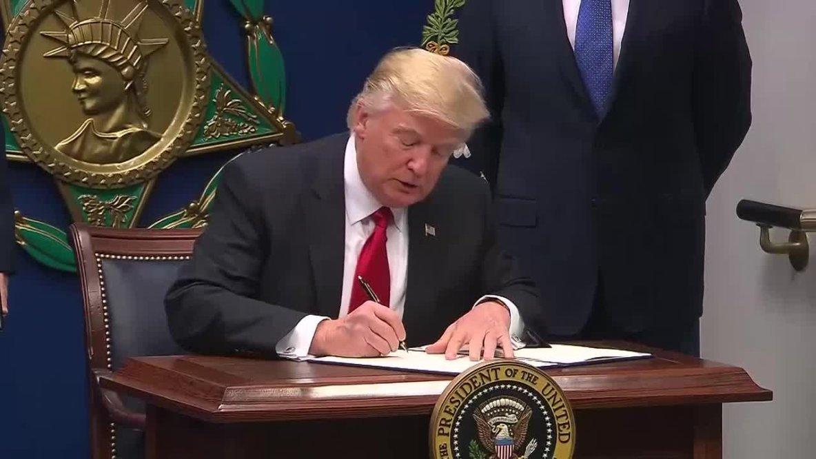 Après son échec dans l'Obamacare, Donald Trump se venge sur le climat
