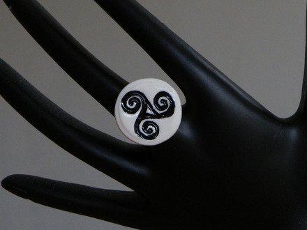 Bague triskell breton en fimo Réglable : Bague par jl-bijoux-creation
