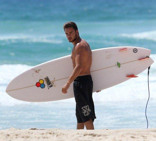 Liam Payne muy hot mostrando su torso desnudo mientras surfea - Fotos