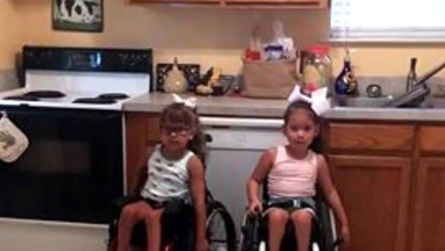 Deux adorables gamines en fauteuil roulant dansent !
