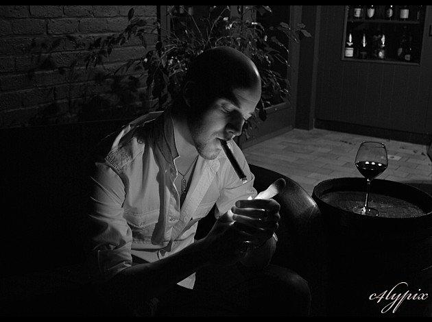 Le cigare engourdit le chagrin et remplit les heures solitaires d'un million de choses agréables.