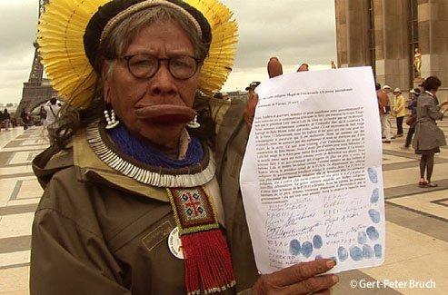 Raoni : signature de la pétition contre le complexe de barrages de Belo Monte