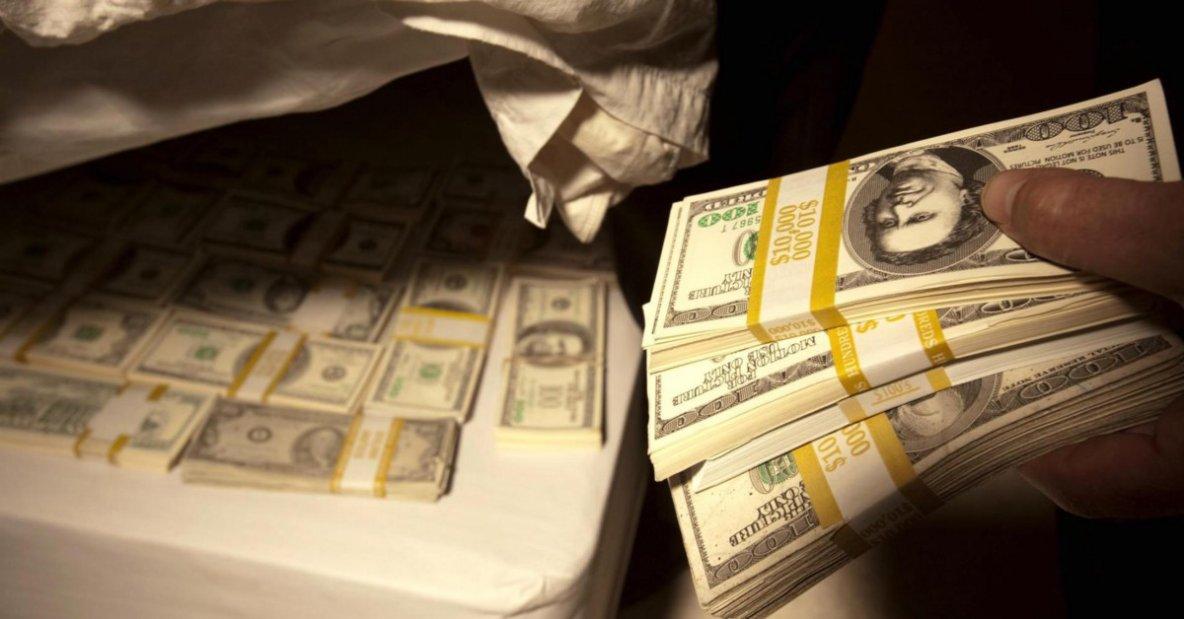 Sistema bancario en crisis: ¿Debería guardar su dinero debajo del colchón?