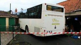 Pernes en Artois: un bus scolaire s'encastre dans une grange - France 3 Nord Pas-de-Calais