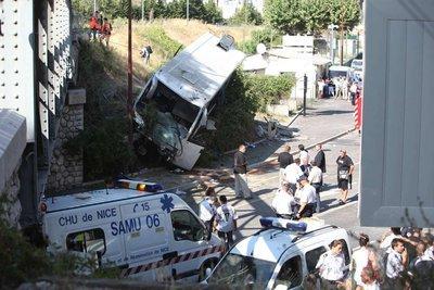 Nice 24 blessés dans un spectaculaire accident de bus