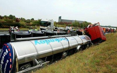 Un camion transportant une matière dangereuse se couche sur l'A 26