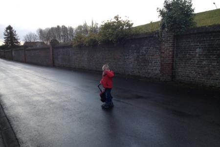 Honnelles: oublié par son instit' sur la rue, le bébé de 2 ans est récupéré par un passant qui poursuit le bus!