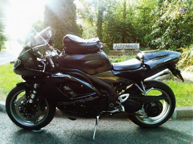 c'est la moto d'un  pote  ,elle est à vendre !Triumph daytona 955i 2007 Motos Essonne - leboncoin.fr