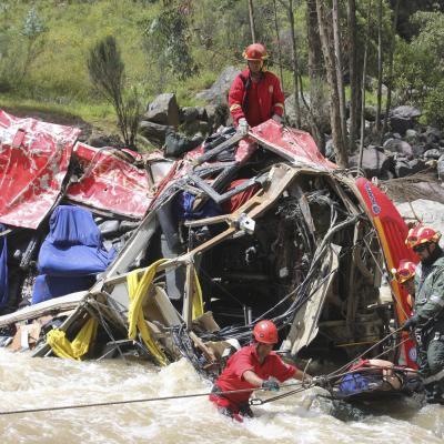 Au moins 33 morts dans la chute d'un autocar dans les Andes au Pérou (Vidéo)