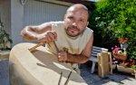 Un sculpteur vient régler son assureur avec une pierre taillée, mais il trouve porte close