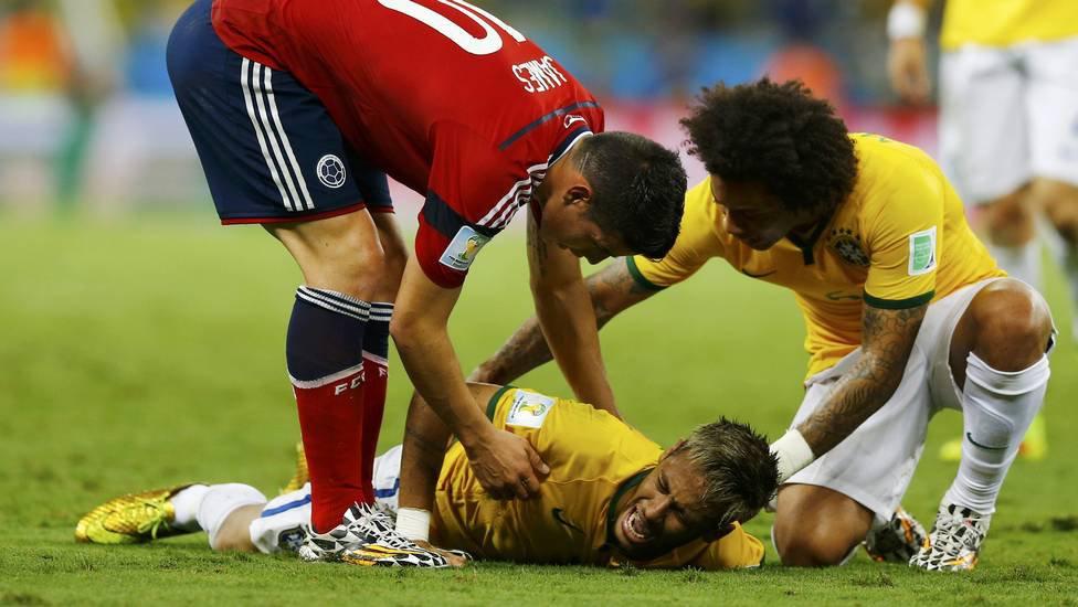 Neymar fratura vértebra e está fora da Copa 2014