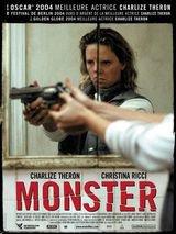 Monster - Film (2004) - Monster est un bon film il y montre la dure vie d'Aileen sa survie et son envie de fuir la prostitution pour une vie meilleure mais la haine de ce qu'elle fait la ronge d'ou son côté ange/demon bien crédible dans ce film et puis il y a le personnage de Selbie romantique, naive qui veut croire à cet amour malgré les sacrifices qu'elle fait en quittant sa famille 3 mots résument bien l'histoire de ce  film rêve, espoir, cauchemar