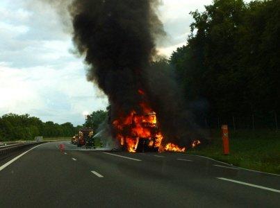 Un autocar détruit par les flammes sur l'A 31 près de Colombey (54)