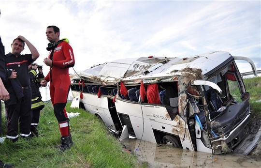 France-Monde | Loiret Accident d'un car de touristes sur l'A77 : un mort et quatre blessés graves - L'Alsace