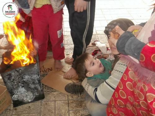 Waisenkinder stehen barfuss auf Kartons im Winter - Türkei