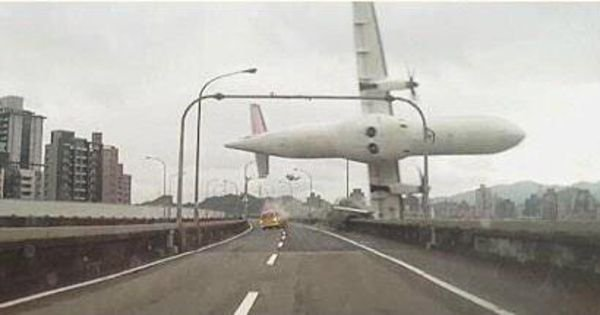 Un avion de ligne taïwanais s'abîme dans une rivière, le moteur soupçonné