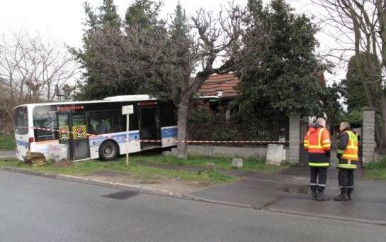 Le bus termine sa course folle dans le salon