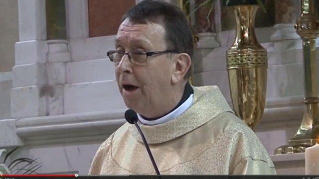 """Le père Ray Kelly, un prêtre irlandais, a ému la toile avec son interprétation de la chanson de Leonard Cohen, """"Hallelujah"""""""