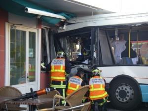 Annemasse: les sapeurs-pompiers toujours sur les lieux de l'accident du bus - La Tribune Républicaine