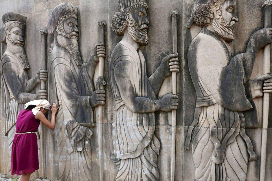 Le zoroastrisme, une des premières religions monothéistes, est instituée par révélation dans des livres qui enseignent que Dieu est à l'origine de l'univers et créateur de l'ordre survenant du rien initial, créateur des mondes (cf. J. Varenne, G.J. Bellinger, etc.).