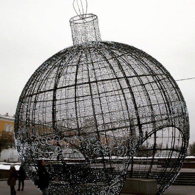"""Александр Гермаков on Instagram: """"Огромный елочный шар в Москве на Манежной площади. Оказывается похожие шары ус..."""