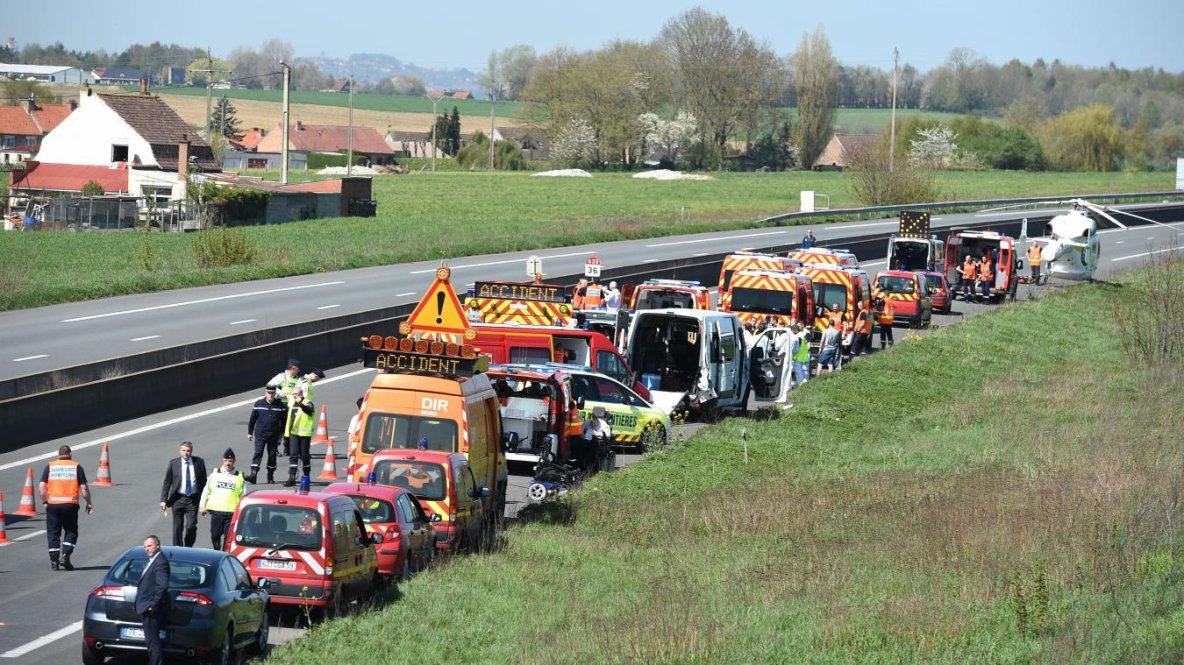 18-04-2018 - Flêtre - A25 : 14 blessés dont 2 graves dans un accident de bus transportant des enfants handicapés