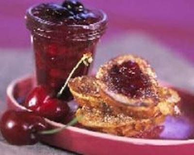 Confiture de cerises et pain perdu brioché au sucre vanillé