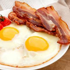 Bacon, saucisses et charcuteries augmenteraient (aussi) le risque de cancer du sein