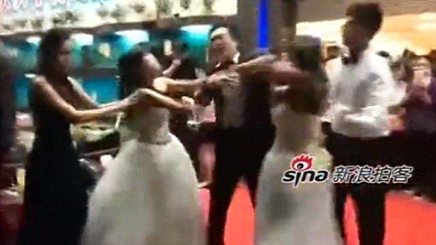 La maîtresse débarque et se bat avec la mariée !