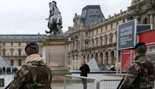 """Un homme a attaqué des militaires à l'arme blanche au cri d'""""Allah Akbar"""" vendredi matin près du musée du Louvre à Paris"""
