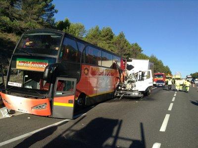 VIDEO. Un mort et plusieurs blessés dans un accident de bus sur l'A8 à Saint-Maximin