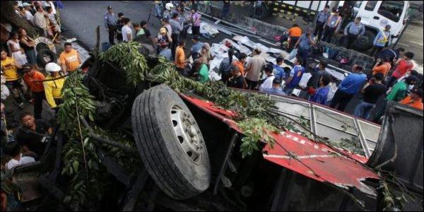 L'essentiel Online - Une vingtaine de morts dans la chute d un bus - Monde