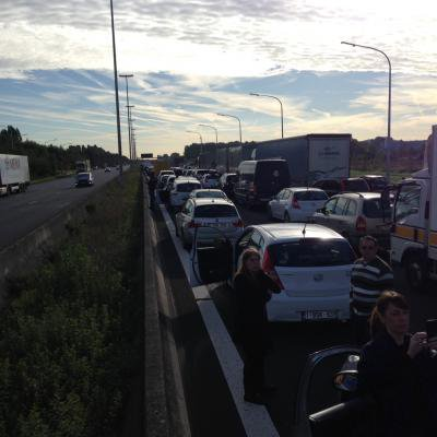 Autoroute E19: accident à hauteur de Saint-Ghislain, la chaussée est fermée, les voitures sont à l'arrêt
