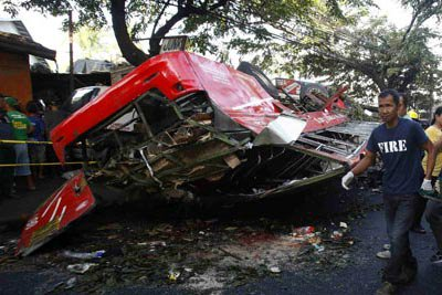 Un accident d'autocar fait 22 morts aux Philippines - Monde