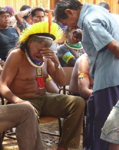 """Qui n'a pas vu la photo présentée en vignette ?"""" Le chef indien Raoni, figure de proue des communautés d'Amazonie, est en pleurs.""""Que cette image fasse le tour du monde""""..."""