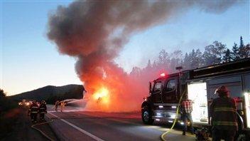 Faits divers - Un autocar prend feu dans Charlevoix