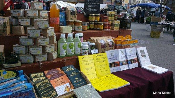 Livres sur les pratiques de la roqya (désenvoûtement) présentés sur le marché de Molenbeek-Saint-Jean