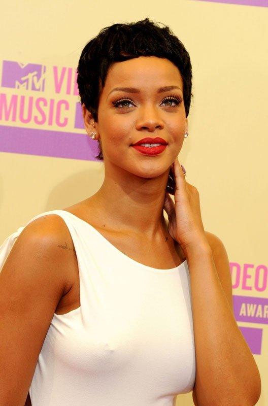 PHOTOS - VMA 2012 : Rihanna, sulfureuse en robe moulante, exhibe sa nouvelle coiffure