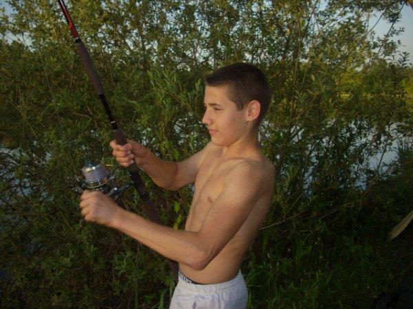 mon fils en plein combat avec un silure