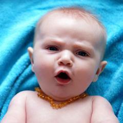 Poussées de dents: allégations non justifiées et dangers des colliers d'ambre