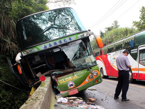 TAIPEI SOIR La vitesse serait en cause dans le crash d'un bus de touristes chinois